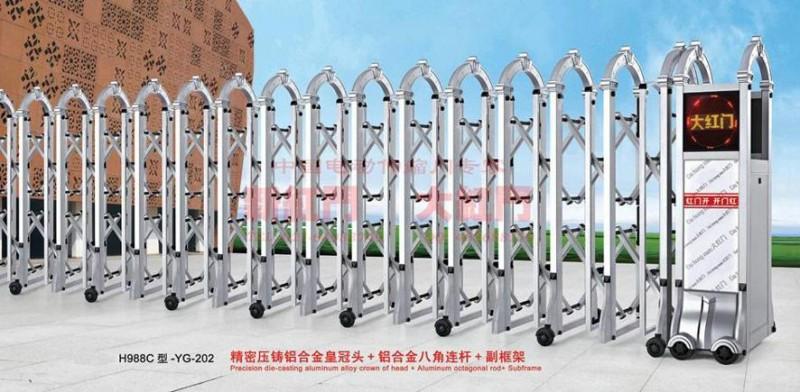 上海大红门新红门的合金门和不锈钢门均采用优质材料。内交叉管配椭圆PA耐磨套。行走轮采用耐磨橡胶,30万次来回测试,走轮无明显磨损。导轨由8#轻轨制成,耐压百吨重车。驱动机构选用CRB德国技术的波特开门机,体积小,工作稳定;无齿轮无皮带低噪音,不需散热无需保养。电子软启动系统使门在开启、关闭后0.