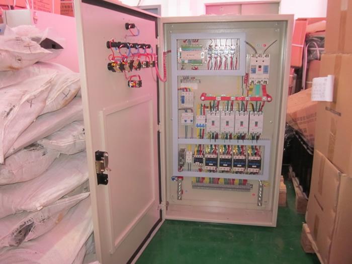 led显示屏是一个较大的电子设备,良好的配电设备是系统实现可靠工作的重要条件之一。大元智能科技根据Led显示屏大小和显示屏所要求的配电功能均配有专用的配电系统,并且有以下特点: l、配电系统具有远程控制功能。 2、具有供电指示功能。 3、具有过流、短路、断电等多种保护功能,可自动处理各种应急 情况。 4、具有定时自动开关屏的功能,可实现无人留守,具有多路输出和延时上电的功能; 5、智能化的电源,可实现风扇的自动开启和关闭,过热的自动保护,并能自动恢复,无需人去维护;