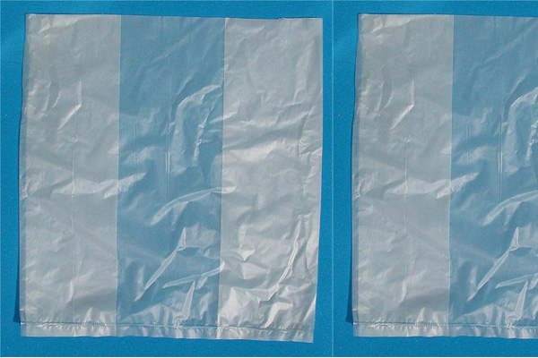 PE塑料袋:PE袋是塑料袋的一种,PE袋分高密度的和低密度的。高密度的更加坚韧,透明度高,手感硬挺,价格相对较贵。一般超市给的塑料袋都是高密度PE袋。低密度PE袋就是一般市场卖菜给的最普通的那种摸上去很软的袋子,品质较一般,透明度差,价格便宜。市场上常用的有按个算和按长度算(卷)。(个)小袋主要用于小配件包装,电子产 品的配件袋多有防静电效果,袋口分平口和自封结构的,后者又称骨口袋或密实袋;