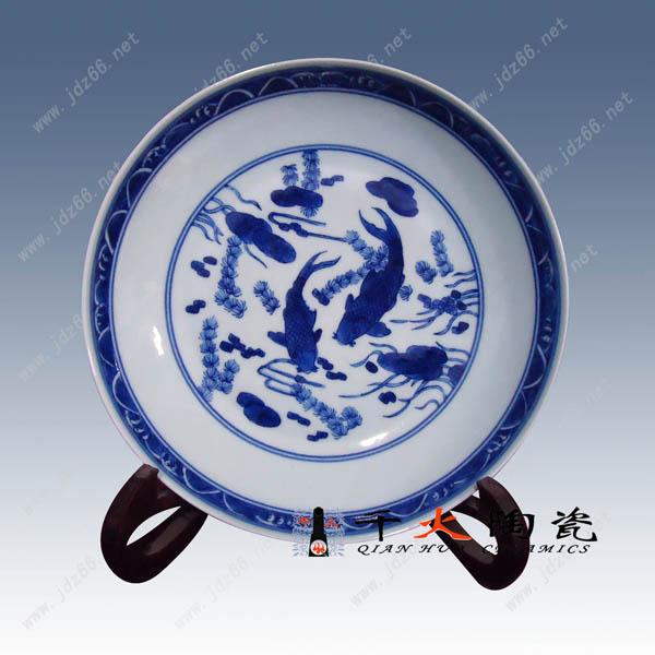 呈现青翠欲滴的蓝色花纹