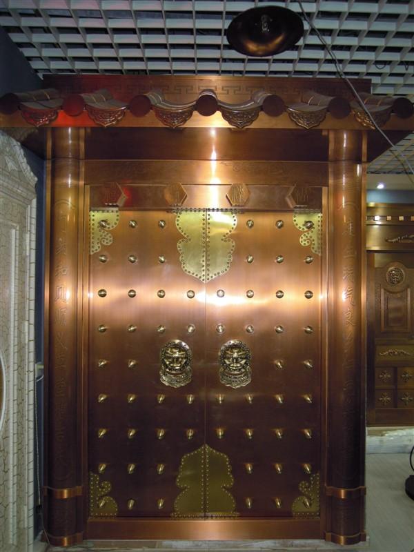 我工厂专业制作和设计各种精美不锈钢门套,该不锈钢门套主要制作材质为201或者304不锈钢(表面为砂光板,拉丝板,8k镜面板,钛金板,玫瑰金板,香槟金,仿铜板,古铜板,青铜,红铜,黑钛板,七彩板等各种彩色不锈钢系列)或者不锈钢管,通常通过板材的剪板,激光,刨槽,折弯,焊接,精抛成型,电镀制作为成品,部分产品使用不锈钢管焊接+抛光+电镀成型。其中304不锈钢的抗酸性和耐腐蚀性远优于201不锈钢,在高档的产品要求中使用316不锈钢。 我们可根据用户个性化需求进行不锈钢门套定制,对于不锈钢门套的尺寸进行量身设计。
