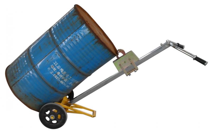 ·内装安全阀,全密封油缸,油缸上的主要密封件从德国进口。 ·两只尼龙导向轮向轮节省操作者的体力,并能保护载重轮与托盘。 ·载重轮:单轮型或双轮型,聚氨指、尼龙、聚氨脂包尼龙。 ·转向轮:尼龙聚氨脂、橡胶。 ·可供选择:快起升手动托盘搬运车、HPQ系列、脚刹车装置。