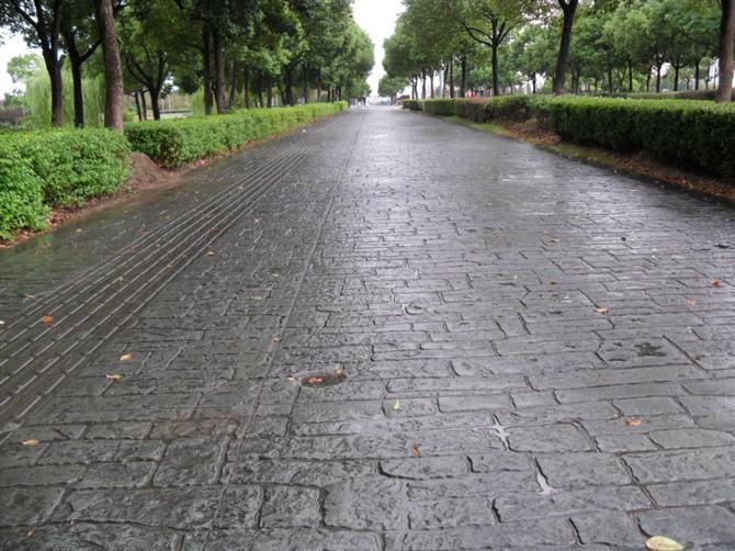 亚石混凝土压模地坪(压模地坪、压印地坪、压花地坪)是一种防水、防滑、防腐的绿色环保地面装饰材料! 是在未干的水泥地面上加上一层彩色强化料(起装饰和强化混凝土作用)及着色脱模粉(起二次着色和脱模作用), 然后用专用的模具在水泥地面上压印而成。亚石压模地坪装饰混凝土能使水泥地面永久地呈现各种色泽、图案和质感, 逼真地模拟自然的材质和纹理,随心所欲地勾划各类图案,而且愈久弥新,使人们轻松地实现建筑物与人文环境,自然环境和谐相处, 融为一体的理想。 压模地坪适用于装饰室外、室内以水泥为基的多种材质的地面、墙面、景