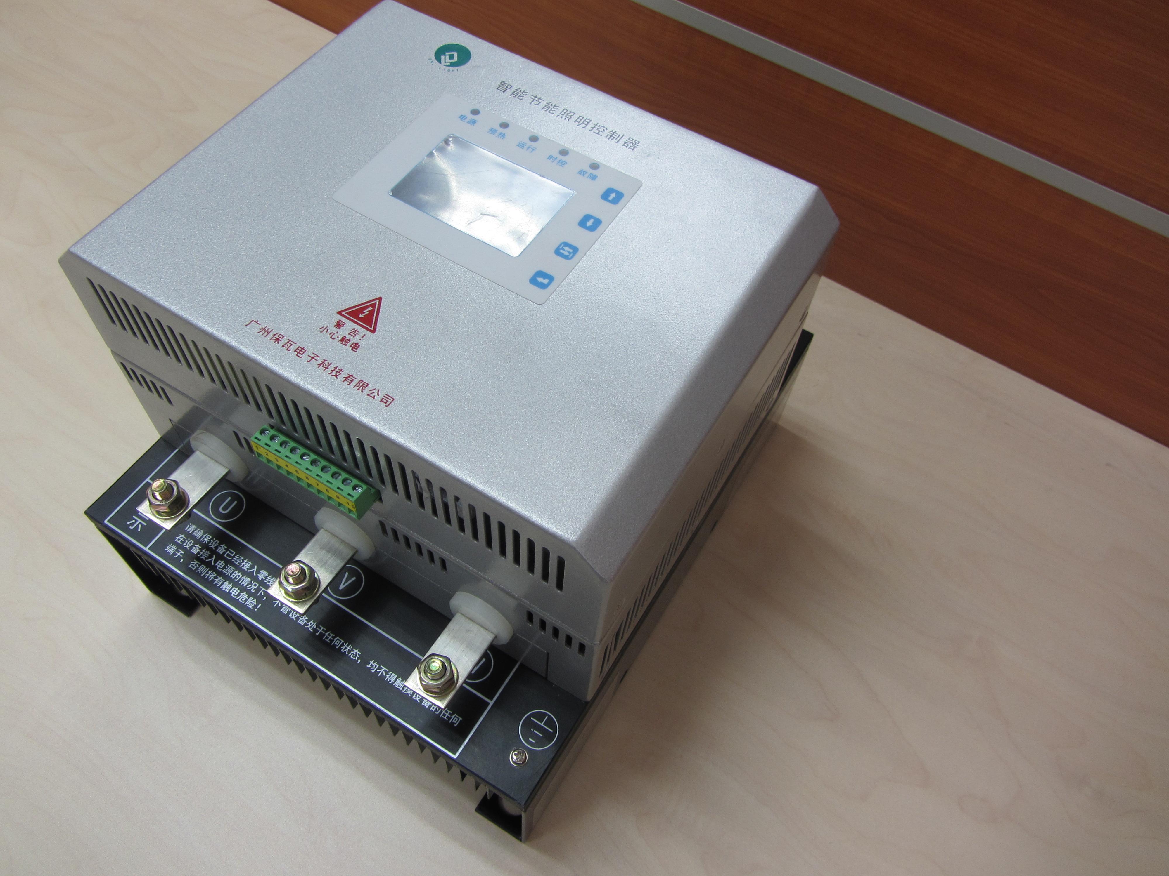 厂家直销 联 系 人:何相达 电 话:020-39388408-825 手 机:18680290979 传 真:020-39388125 型号:SLC-3-20,SLC-3-30,SLC-3-40,SLC-3-50,SLC-3-60,SLC-3-80,SLC-3-100,SLC-3-160,SLC-3-200,SLC-3-300,SLC-3-400 概述 SL系列智能节能照明控制器是以微处理器技术和现代电力电子先进技术为基础开发的高性能产品,能有效的降压及限压,延长灯具的使用寿命,减少维护费用,降低维护人