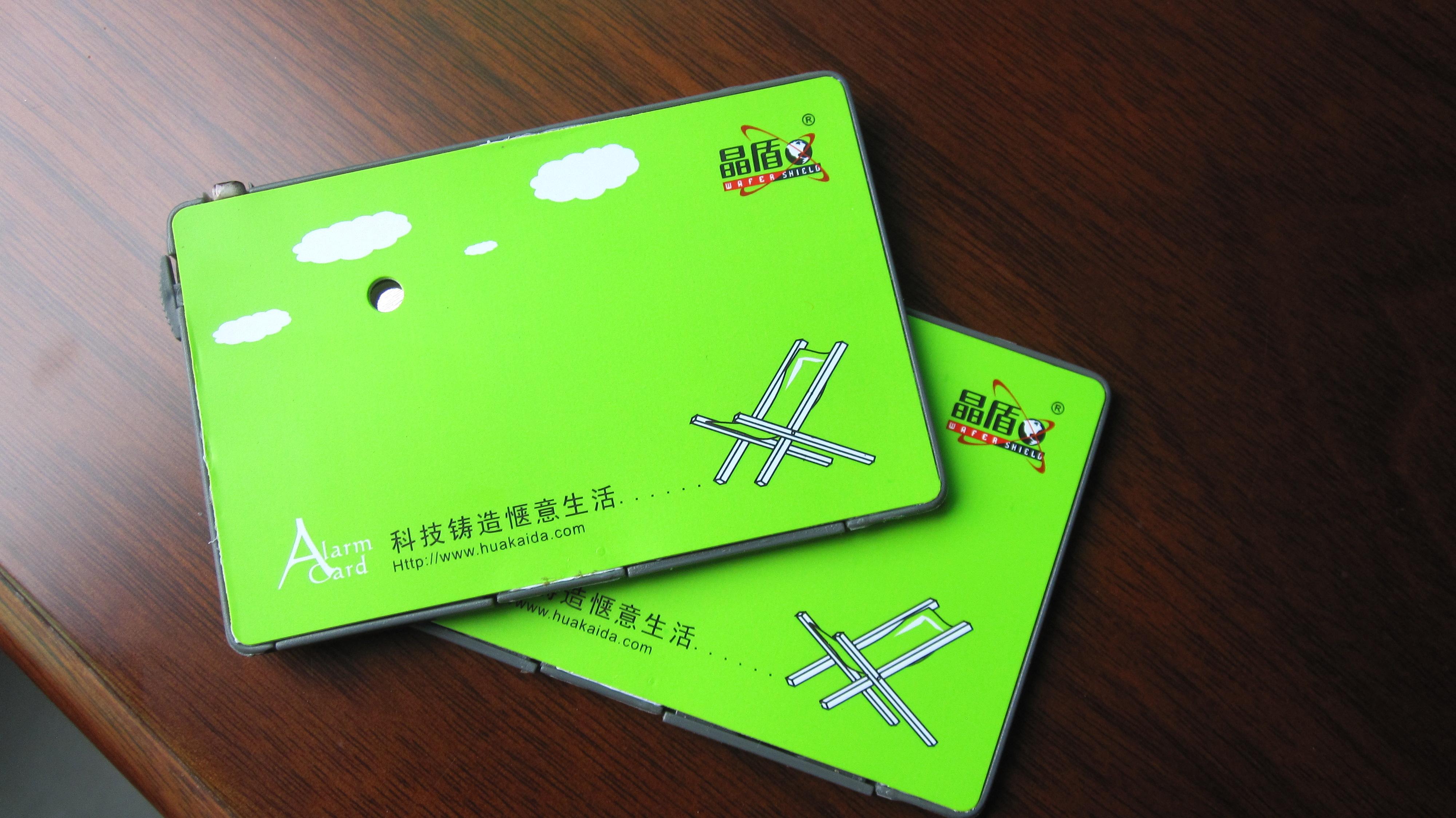 智能钱包防盗报警卡的特点:    ◆ 本产品采用光控传感集成电路