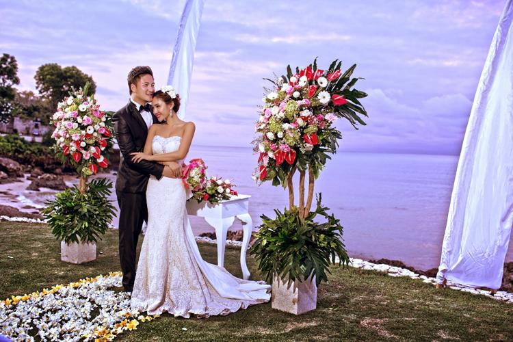 四季乌布丛林别墅婚礼 COCO海外婚礼&摄影 巴厘岛乌布丛林别墅位于整个度假区的最高点,可以看到令人惊叹的河谷景色,能够提供最大限度的隐秘和舒适,是崇尚自然的新人举办婚礼的最佳选择。 流动的水域,有百合花池塘和蓊郁的花园,两侧是别墅的专用入口,鸟语花香为你化作绝美的背景,潺潺水声为你的幸福而伴奏,大自然为你们写下许诺一生的誓言! 别墅大堂通往宽敞的起居区,区内有一家有6张餐椅的餐厅,还有许多手工制作的陈设。 一座大庭院花园和露台环绕着私家游泳池。主餐厅就在大堂这一层,为开放式设计,可欣赏极为美丽